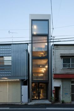 Japanese studio YUUA Architects & Associates has slotted a house into a space between two existing buildings in Tokyo Minimal House Design, Narrow House Designs, Casa Loft, Modern Townhouse, Rv Homes, Compact House, Small Buildings, Affordable Housing, Facade House