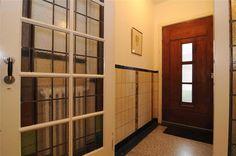 Tegels en glas in lood deur te zien in de hal van deze jaren '30 huis in Utrecht