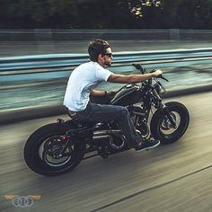 @niftyjon getting a first hand experience with the 540* Laterals. #Houston#kineticmotorcycles#fortyeight#sportster#harley#harleydavidson#bobber#seventytwo#883#883iron#hd#hd48#bobberporn