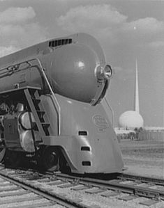 Streamlined New York Central Hudson locomotive at the Worlds Fair in NYC famous Trylon and Perisphere structures in the background New York Central Railroad, Modernisme, Old Trains, Vintage Trains, Hobby Trains, Streamline Moderne, World Of Tomorrow, Bonde, Train Art