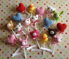 Amigurumi Lollipop Broochs, I wonder if covering plastic cake picks would work? Crochet Food, Love Crochet, Crochet For Kids, Diy Crochet, Crochet Baby, Crochet Stitches, Crochet Patterns, Crochet Gratis, Crochet Accessories