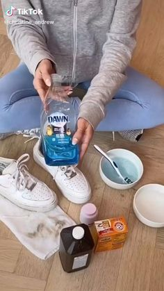 How To Clean White Sneakers, Clean Shoes, Diy Resin Crafts, Diy Crafts Hacks, Amazing Life Hacks, Useful Life Hacks, House Cleaning Tips, Diy Cleaning Products, How To Tie Shoes