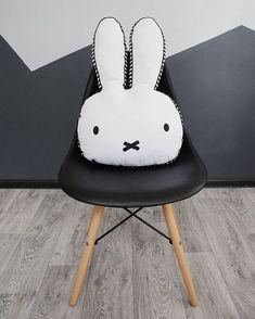 Кролик Миффи по-моему мнению важная часть Скандинавского стиля. Эта маленькая девочка-крольчонок изображенная в минималистическом стиле героиня множества добрых книжек для детей. И вот эта простота и доброта воплотилась в милых игрушках которые разошлись по всему свету. #кролик #игрушка #toy #bunny #miffy #scandi #scandinavianstyle #scandinavia #eames #eameschair #black #white #grey #wood #настроение #photoshoot #photo #foto #fotografia #интерьер #interiordesign #interior #design #decor…