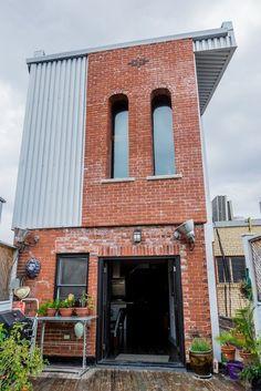 Индустриальный лофт с добавлением поп-арта. Marco & Ilse's Gothic Industrial Loft