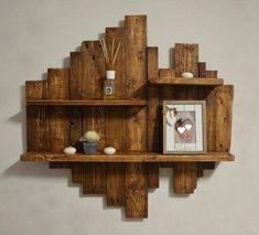 Pallet Wall Decor, Pallet Patio Furniture, Diy Furniture Projects, Woodworking Projects Diy, Repurposed Wood Projects, Barn Wood Projects, Wooden Pallet Projects, Rustic Wall Shelves, Geometric Shelves