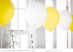 Decora con una fila de globos de látex de los colores del colegio - via www.fiestafacil.com / Decorate with a row of helium latex balloons in the colours of the school - via www.fiestafacil.com