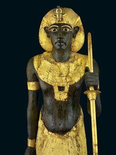 El guardián de Tutankhamón  Esta estatua con el tocado khat, y otra igual con el pañuelo nemes, a tamaño natural, guardaban la entrada a la cámara funeraria del rey. Museo Egipcio, El Cairo.