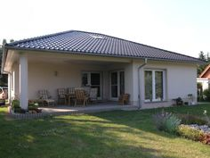 Bungalow Carmen - #Einfamilienhaus von HOGAF Hausbau GmbH | HausXXL #Massivhaus #Bungalow #klassisch #Walmdach