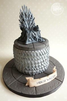 How to make a Game of Thrones' Iron Throne cake topper. How to make a Game of Thrones' Iron Throne cake topper. Game Of Thrones Torte, Game Of Thrones Birthday Cake, Game Of Thrones Food, Groomsman Cake, Groom Cake, Game Of Trone, How To Make Wedding Cake, Fondant Cake Toppers, Cake Games