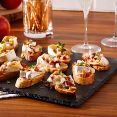 Apple, Brie and Walnut Crostini - Caty& Recipes - - Cheap Appetizers, Appetizer Recipes, Soup Appetizers, Crostini, Bruschetta, Brie, Snacks Sains, Good Food, Yummy Food
