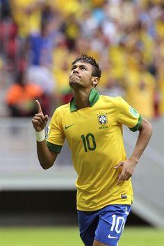 GRA331. BRASILIA (BRASIL), 15/06/2013.- El delantero de la selección brasileña Neymar celebra tras marcar el primer gol ante Japón, durante el partido inaugural de la Copa Confederaciones 2013 que est
