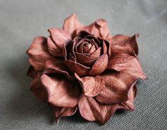 Brown Leather Rose Flower Brooch por leasstudio en Etsy