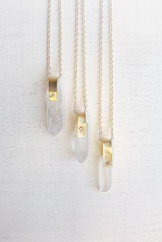 Halsband bergskristall spets – guld | Foxboheme - Bohemiskt halsband med råa spetsar av bergskristall. Kedjan är guldpläterad och stenens fäste är gjort i mässing.