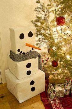 Mono de nieve hecho a base de cajas de carton