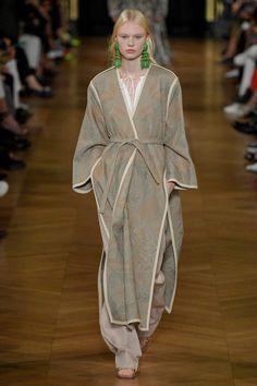 Stella McCartney Spring 2020 Ready-to-Wear Collection - Vogue Fashion Week, Fashion 2020, Love Fashion, Runway Fashion, Fashion Show, Fashion Design, Kimono Fashion, Modest Fashion, Fashion Outfits