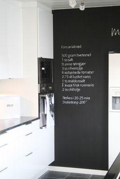 Bengtgarden: kjøkken. Blackboard wall in kitchen