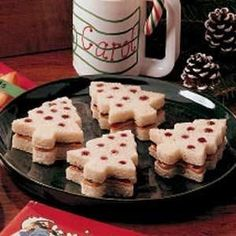 Peanut Butter & Jelly Christmas Tree Sandwiches: cut frozen bread slices with a tree-shaped cookie cutter. Poke holes into one slice (so jelly will show through). Spread peanut butter on one slice, je Christmas Tea Party, Christmas Snacks, Xmas Food, Christmas Appetizers, Holiday Treats, Holiday Recipes, Christmas Christmas, Christmas Recipes, Christmas Sandwiches