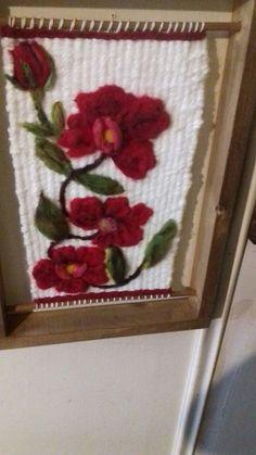Resultado de imagen para telar decorativo con flores Loom Weaving, Shadow Box, Fiber Art, Free Pattern, Diy And Crafts, Projects To Try, Tapestry, Handmade, Decor Ideas