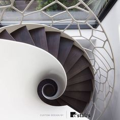 Escalera caracol con barandilla de diseño orgánico.