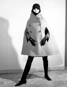 Modelo con abrigo de silueta chimenea en 1965.