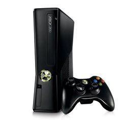 Xbox 360. Wymiary (szer. x wys. x głęb.): 270 x 75 x 264 mm. Podobnie jak PS4 mocno się grzeje i lepiej by nie była zamknięta (powietrze wyrzuca górną częścią obudowy, na zdjęciu ścianka przy padzie). Może stać lub leżeć. Na obu konsolach nic nie może leżeć, jednak obie mogą stać obok siebie.