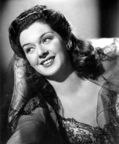 Rosalind Russell - Rosalind Russell (June 1907 – November was an American actress of stage and screen, perhaps best known for her role as a fast-talking newspaper reporter in the Howard Hawks screwball comedy His Girl Friday, as well a Rosalind Russell, Jane Russell, Old Hollywood Glamour, Golden Age Of Hollywood, Vintage Hollywood, Hollywood Stars, Classic Hollywood, Vintage Glamour, Vintage Beauty
