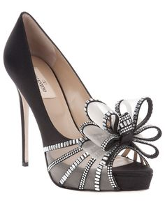 Valentino black heels with a bow.would be gorgeous for wedding shoes! Pretty Shoes, Beautiful Shoes, Cute Shoes, Me Too Shoes, Fancy Shoes, Zapatos Shoes, Shoes Heels, Bow Heels, Lace Heels