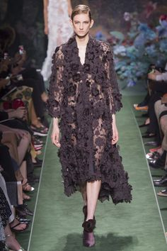 Fendi Fall 2017 Couture Fashion Show via Vogue Flower Fashion, Boho Fashion, High Fashion, Autumn Fashion, Fashion Looks, Fashion Design, Haute Couture Looks, Style Couture, Couture Fashion