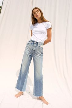 Love Jeans, Jeans Style, Wide Leg Jeans, Cropped Jeans, Cut Jeans, 70s Inspired Fashion, Denim Outfit, Streetwear Fashion, Spring Summer Fashion