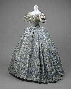 Blue silk and cotton brocade ball gown, probably American, ca. Blaues Ballkleid aus Seiden- un Civil War Fashion, 1800s Fashion, 19th Century Fashion, Victorian Fashion, Vintage Fashion, Steampunk Fashion, Gothic Fashion, Fashion Teens, Royal Fashion