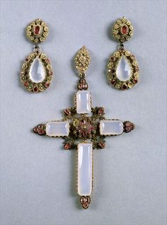Demi-parure de Caroline Bonaparte. Croix et pendants d'oreilles, en or, rubis et calcédoine.