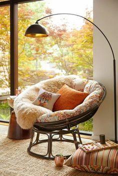 style cocooning, coin de lecture, grande fenêtre, coussin orange, chaise ronde