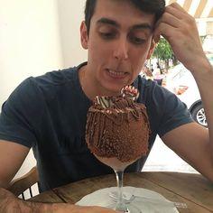 Namore com alguém que te olhe como eu olho pra essa maravilhaa!!  Mais uma da série: vai gordinhoooo!!  #chocolate #sorvete #nutella #leiteninho #kinder #vaigorinho #instafood #sobremesa #calorias #dordice #gordinho # by lipe.pessoa http://ift.tt/1XAvtHc