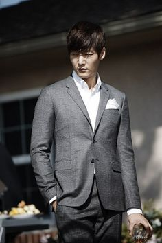 The latest Heirs stills take eager fans back to the almond farm, where Lee Min Ho and Park Shin Hye had one of their early exchanges. In that same scene, Lee Min Ho faces Choi Jin Hyuk, the convers… Korean Wave, Korean Star, Korean Men, Lee Min Ho, Choi Jin Hyuk, Kim Jin, Boys Over Flowers, Handsome Korean Actors, Emergency Couple