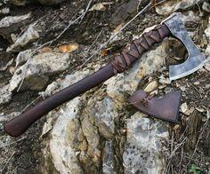 Mano forjada hacha medieval - llamado hacha barbada. En una versión contundente…