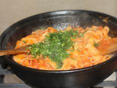 Paste cu sos picant de rosii si verdeturi Thai Red Curry, Cooking Recipes, Pasta, Ethnic Recipes, Food, Chef Recipes, Essen, Meals, Eten
