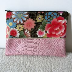 Pochette plate à maquillage en simili cuir dragon rose et tissu japonais à fleurs : Trousses par nymeria-creation