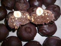 250 g di nocciole, 350 g di nutella, 200 g di cioccolato al latte, 1 cucchiaio di cacao, 350 g di cioccolato fondente
