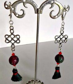 Boucles d'oreilles pendantes longues, une superbe perle de jade zoîzite vert sapin et ses inclusions couleur rubis, : Boucles d'oreille par creationsannaprague