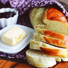 PÃO CASEIRO BEM FÁCIL (rende 2 pães de tamanho médio) Ingredientes: 1/3 de xícara de óleo vegetal 1/2 copo de leite morno (medida do famoso copo de requeijão*, sabe?) 2 copos* de farinha de trigo 1 colher (sopa) bem cheia de manteiga em temperatura ambiente 1 ovo inteiro 1 envelope (10g) de fermento biológico seco instantâneo 1/2 colher (café) de sal 1/2 colher (café) de açúcar 1 gema batida com um tiquinho de água para pincelar