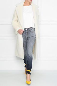 Белая шуба из «плюшевого мишки» — шерсти альпаки, овечьей шерсти и шелка. Модель длины миди с английским воротником и двубортной застежкой на пуговицы. Max Mara, Duster Coat, Jackets, Fashion, Down Jackets, Moda, La Mode, Fasion, Fashion Models