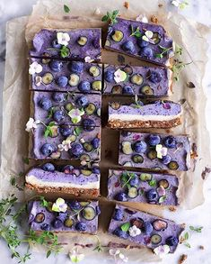 Blueberry Raw Cake 🌿 Base: 100 g / oz dried, soft apricots 1 cup pecan nuts pinch of sea salt 🌿 Filling: 2 cups cashew nuts (soaked for 30 minutes & rinsed) 1 ripe banana ¼ cup coconut oil, melted. Raw Food Recipes, Dessert Recipes, Dessert Food, Dessert Bars, Organic Recipes, Vegan Food, Keto Recipes, Patisserie Vegan, Raw Cheesecake