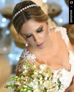 Noiva Lilian com nossa tiara Leticia! Disponível para locação e venda enviamos para todo o Brasil!