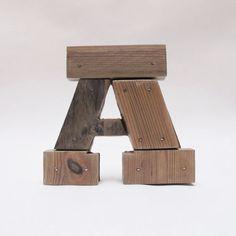 Holzbuchstaben A. Industrielle Buchstaben. Wand von PETULAPLAS