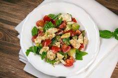Tomaten-Avocado-Salat mit Mozzarella und Basilikum