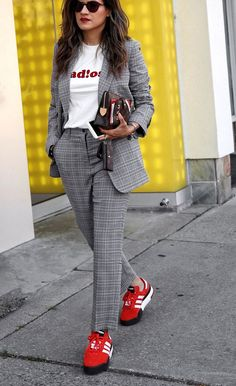 Wearing suits is not only for men! Women suits are the new trend of this season. If you want to look cool and stylish, you should buy a suit and match. Suits And Sneakers, Sneakers Looks, Dress With Sneakers, Suit Fashion, Fashion Pants, Fashion News, Fashion Outfits, Estilo Cool, Suits For Women