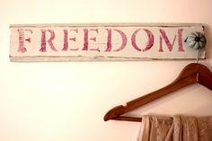 """שלט ומתלה עם כיתוב Freedom בצבע ורוד עשוי בעבודת יד ומעץ ממוחזר יכול לשמש כמתלה לתכשיטים, תיקים ועוד מתאים לחדר שינה, סלון, כניסה לבית, מטבח, חדרי ילדים... אורך: 10 ס""""מ רוחב: 49 ס""""מ"""