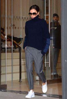 Beckham verlässt das Hotel EDITION New York in einem Pullover und . - Victoria Beckham verlässt das Hotel EDITION New York in einem Pullover und . Fashion Mode, Look Fashion, Winter Fashion, Fashion Outfits, Sneakers Fashion, Normcore Fashion, Fashion Week, Fashion Shoes, Normcore Style