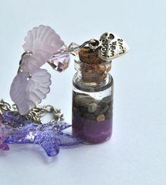 In una piccola bottiglia in vetro viene racchiusa una magica spiaggia dai colori del viola.  Altri articoli su https://www.etsy.com/it/shop/Minervastyle?ref=hdr_shop_menu