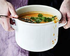 Valkosipuli, kookosmaito ja korianteri tekevät linssisopasta ihanan lempeän lämmikkeen.